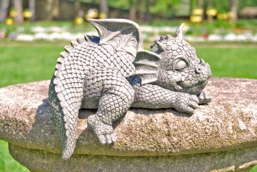 Gartenfigur Gartendrache - Modell schläft an Kante - Fantasy Figur Deko Drache