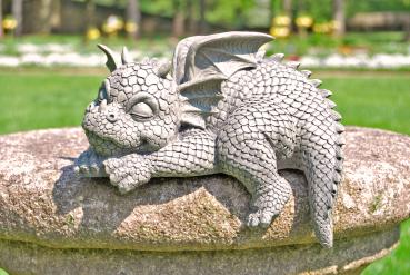 Gartenfigur Gartendrache - Modell liegt an Kante - Fantasy Figur Deko Drache süß