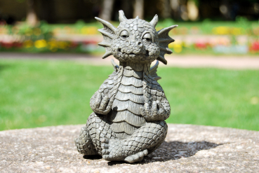 Gartenfigur Gartendrache - Modell Yoga klein - Fantasy Figur Deko Drache Garten