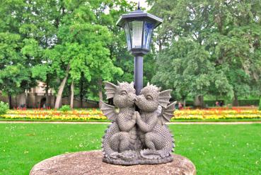 Gartenfigur Gartendrache - Liebespaar mit Solar-Laterne - Fantasy Figur Deko süß